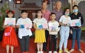 徐有燦及徐國照正副理事長向優秀生頒發獎學金。