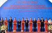 政府副總理鄭庭勇(中)出席合作社與集體經濟發展成就展,以及2016-2020年階段越南合作社聯盟系統活動的開幕儀式。