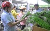 守德郡勞工在出口加工區移動售賣處購物。