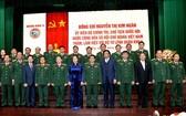 國會主席阮氏金銀(前左六)同第五軍區司令部領導合照。(圖源:慶鴻)
