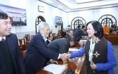 中央民運部長張氏梅同與會代表親切握手,互致問候。(圖源:鴻創)