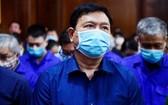 出庭受審的被告人丁羅昇及同案犯。(圖源:黃江)