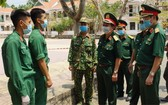 第七軍區領導檢查古芝野戰醫院隔離區。
