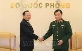 國防部副部長黃春戰上將(右)接見了柬埔寨王國特命全權大使查伊‧納芙斯。(圖源:越通社)