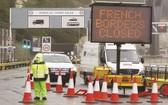 """12月21日,英國肯特多佛爾港入口處告示牌顯示""""法國邊境關閉""""。(圖源:互聯網)"""