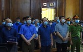 各被告人、法警及庭上所有出席者站立著聽審判長宣讀判決書。