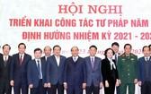 政府總理阮春福(中)同與會代表合照。(圖源:越通社)