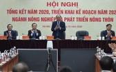 政府總理阮春福(中)出席農業與農村發展部總結2020年任務會議。(圖源:VGP)