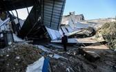 12月26日,一名男子在加沙城查看一間被損毀的工廠。(圖源:新華社)
