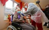 德國101歲婆婆率先接種。(圖源:AFP)