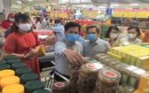 消費者在超市選購食品。