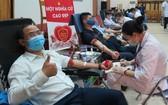 河內市熱心市民踴躍前至中央血液學與血液傳輸院捐血救人奉獻愛心。(圖源:何賢)