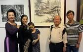 人民藝人張路(右二)與畫家們參加畫展開幕儀式。