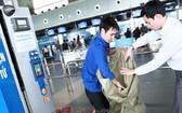 乘客包裝桃花空運。(圖源:互聯網)