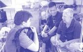 """The Elderly of Saigon""組的年輕人與老人交談。"