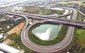 完善交通基礎設施有助促進經濟發展。