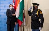 1月4日,在位於紐約的聯合國總部舉行的新任安理會非常任理事國國旗安放儀式上,印度常駐聯合國代表蒂魯穆爾蒂與印度國旗合影。(圖源:新華社)