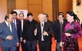 總書記、國家主席阮富仲(中)與國家領導及各代表出席會晤。(圖源:越通社)