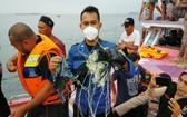 這張上載到社交媒體的照片顯示,印尼一架飛機失聯後,救援人員在雅加達外海打撈到一些電纜及牛仔布。 (圖源:路透社)
