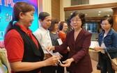 市越南祖國陣線委員會副主席劉金華向學員頒發證書。