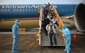 圖為從外國返回的越南公民在雲屯國際機場下機。(圖源:VOV)