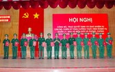 市邊防部隊指揮部指揮長蘇名渥大校向西寧省專業軍官、軍人及戰士頒發《決定》。(圖源:市黨部新聞網)