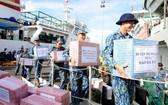 海軍第四區第146旅的士兵們將春節禮物搬上船運送至長沙群島。(圖源:慶和報)