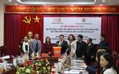 聯合國人口基金會駐越代表處向越南農民協會中央移交6903件必需品。(圖源:阮超)