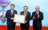 政府總理阮春福向集團頒授獎狀。(圖源:越通社)