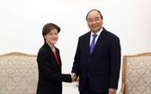 政府總理阮春福(右)接見新加坡駐越大使。(圖源:越通社)