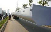違規運載超長超重鋼樑的牽引車被截停檢查。(圖源:VTV)