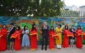 美國駐越南大使丹尼爾‧克里滕布林克(中)出席美國俱樂部的壁畫項目落成剪綵儀式。(圖源:VOV)