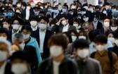 上班高峰時段的日本地鐵人潮,一想到要上班就很厭世。(圖源:路透社)