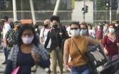 圖為巴西里約熱內盧街頭人潮戴口罩防疫。(圖源:Getty Images)