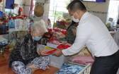 Sunny World 投資與發展股份公司副總經理麒麟代表向孤寡老人贈送紅包。