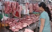 一名消費者在選購豬狗。(圖源:互聯網)