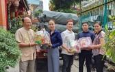 溫陵會館理事將春節禮品交給第五郡越南祖國陣線委員會及紅十字會。