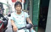 李旺玲每天兩趟騎著電動車去賣彩票。