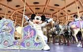 迪士尼樂園經典角色米老鼠乘坐旋轉木馬。(圖源:互聯網)