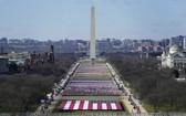 美首都華盛頓國家廣場上插滿了旗幟。(圖源:AP)