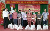 阮北南副書記(左一)與藏霞洞永安堂住持何金蓮(右五)向華人同胞贈送禮物。