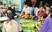 中文系大學生裹粽贈送醫院貧窮病人。