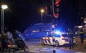 當地時間26日,荷蘭阿姆斯特丹,一名警官在路障上向三名機車騎士勸說。(圖源:AP)