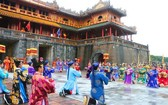 在午門重現阮朝的頒曆儀式。
