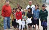 芽莊廣東會館理事會帶著善信的愛心到北部送冷衣。