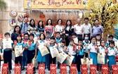 各熱心人士向金童小學生頒發禮物。