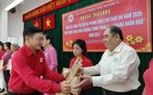 黎勛峰主席向第五郡東醫會頒發獎狀。