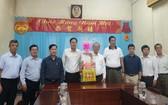 本市與第五郡越南祖國陣線委員會領導向穗城會館拜年。