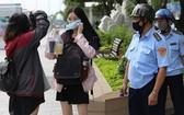職能力量在勸導一名市民外出務必佩戴口罩。(圖源:黃江)