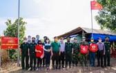 市邊防部隊指揮部工作團向正在西寧省邊防部隊工作的本市邊防幹部、戰士送春節禮物並慰問。(圖源:市黨部新聞網)